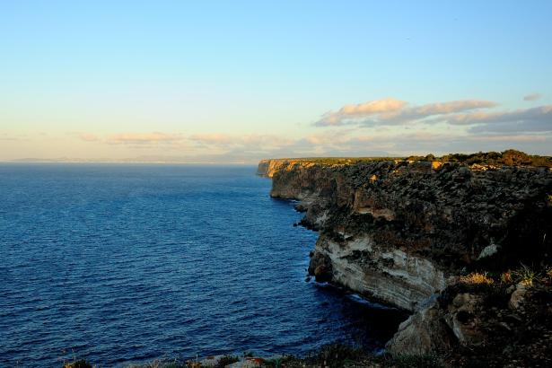Die Steilklippen am Cap Blanc östlich von Palma beherbergen versteckt liegende Militäranlagen ehemaliger Küstenbatterien.