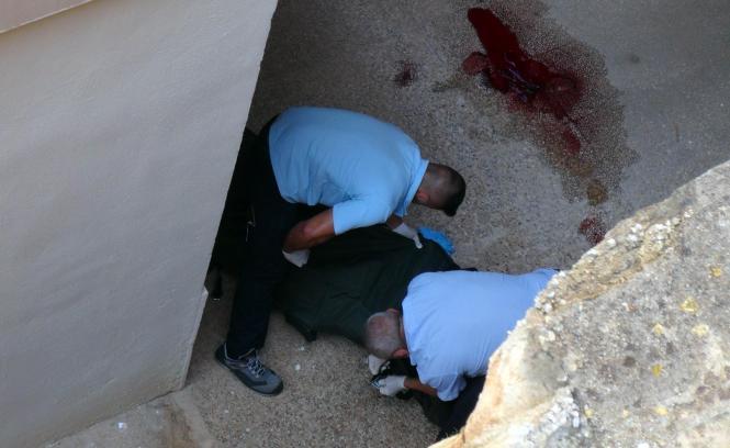 Mitarbeiter eines Bestattungsunternehmens transportieren den Leichnam eines der jungen Urlauber ab.