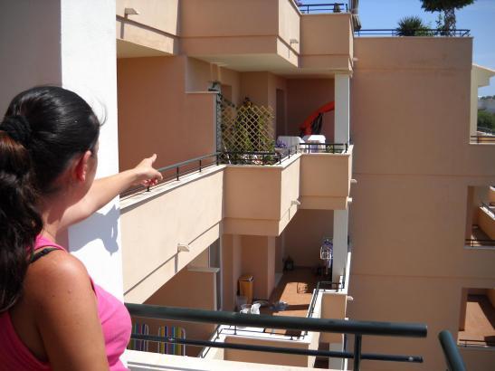 Eine Nachbarin zeigt auf die Wohnung des Ehepaares, wo sich der Überfall ereignet hatte.
