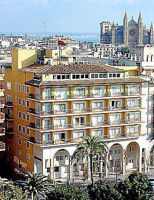 Das Hotel Saratoga (vier Sterne) und sein Blue Jazz Club sind ebenfalls am Paseo Mallorca beheimatet.