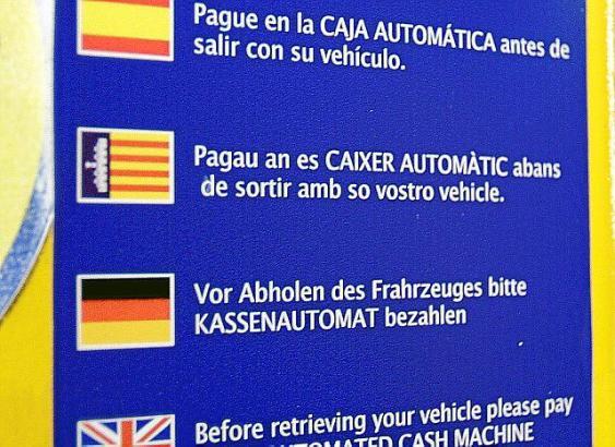 Spanisch, Mallorquí, Deutsch und Englisch: Das Schild, das den Streit entfacht hat.