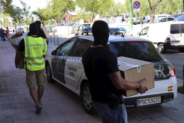 Die Ermittler auf Mallorca transportierten kistenweise beschlagnahmtes Material ab.
