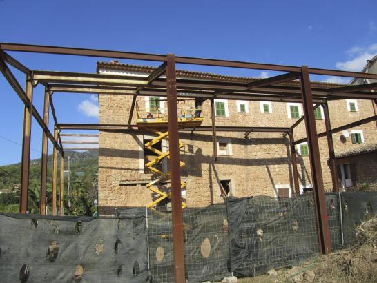 Das Metallgerüst vor dem Steinhaus in Sóller verschwindet nach 15 Jahren Rechtsstreit.