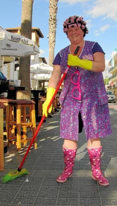 """Einsatz in der Bierstraße: """"Nona, die Party-Putze von Malle"""" will, dass der Urlaub am Ballermann sauber ist."""