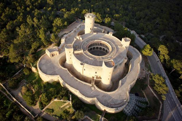 Von Wald umgeben: Palmas Schloss von Bellver.