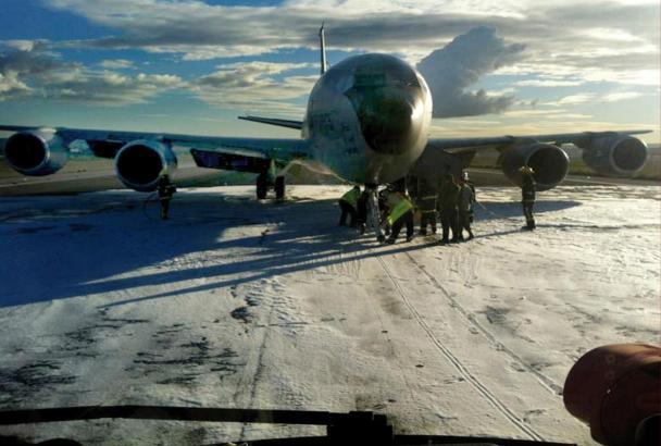 Das US-Tankflugzeug auf der mit Löschschaum besprühten Piste.