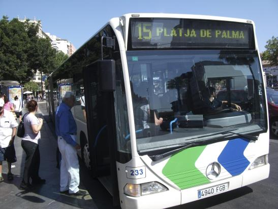 Die meisten Urlauber verkehren mit der Linie 15. Sie verbindet das Stadtzentrum mit der Tourismuszone an der Playa de Palma.