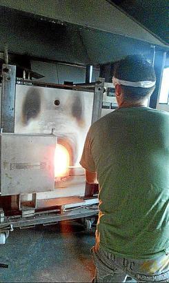 Die Arbeit ist anstrengend und anspruchsvoll: Um aus einem Klumpen Glasmasse ein Ölkännchen zu formen, braucht es viel Übung.
