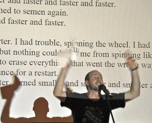 Die Dichter tragen ihre Texte in ihrer Muttersprache vor, die Übersetzung wurde auf eine Leinwand projiziert.