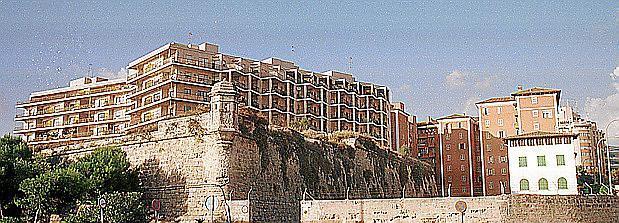 Der ehemalige Zustand auf der Stadtmauer – mit mächtigen Apartmentblöcken für Militärangehörge.