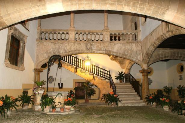 Der Blick in den Palast in der Calle Morey in Palmas Altstadt.