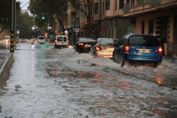 Wassermassen in der Eusebi-Estrada-Straße in Palma.
