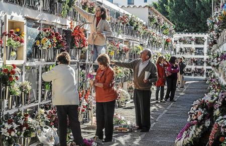 """Blumen im Gedenken an die Verstorbenen: An Allerheiligen (""""Tot Sants"""") am 1. November besuchen auf Mallorca die Menschen die Grä"""