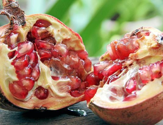 Der Granatapfel ist die Frucht, mit der Eva einst Adam verführt und so die Vertreibung aus dem Paradies provoziert haben soll.