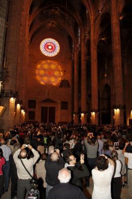 """Die West-Rosette und der Lichtschein der Ost-Rosette bildeten für kurze Zeit eine """"Acht"""" über dem Portal der Kathedrale von Palm"""