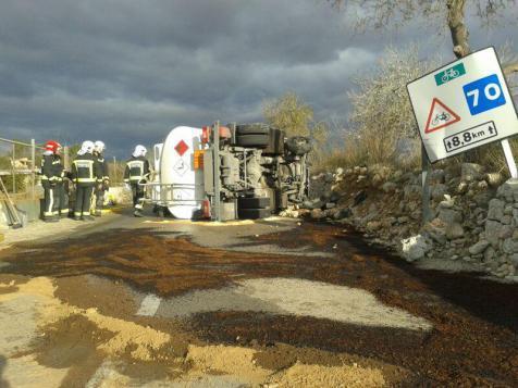 Der umgekippte Diesellaster bei Pina.