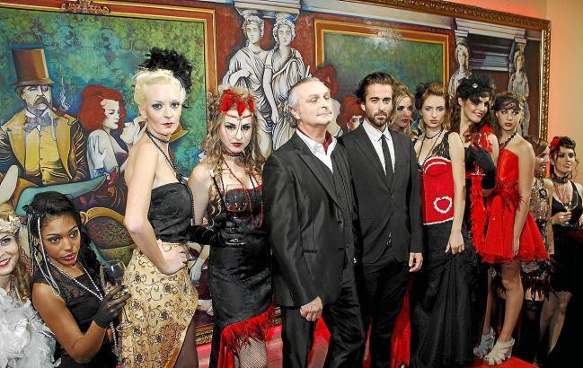 """Mit seinem acht Meter langen Gemälde (""""Aida"""") entführte Carlos Prieto (r.) die Gäste der Bodega Macià Batle ins Paris des beginn"""