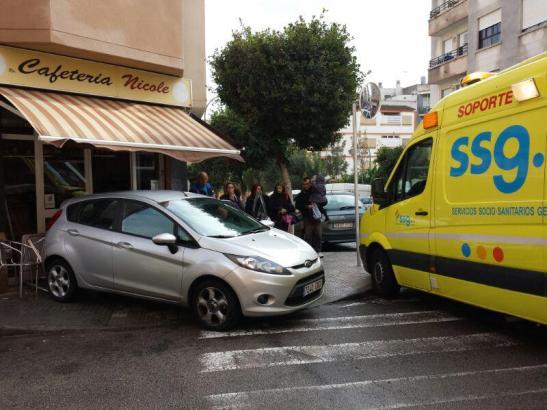 Mit dem Heck krachte das Auto in das Café.