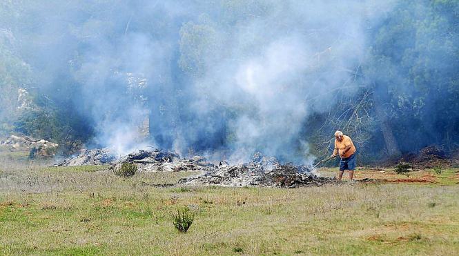 Vor allem Landwirte machen sich das Feuer zunutze, um Grünabfälle zu entsorgen.