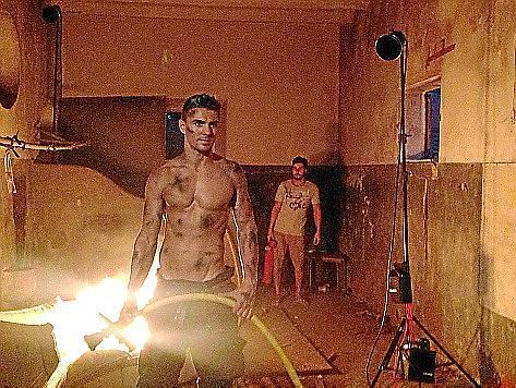 Halb nackt und mit Ruß dreckig gemacht - so posierten die Feuerwehrmänner nicht zum ersten Mal.
