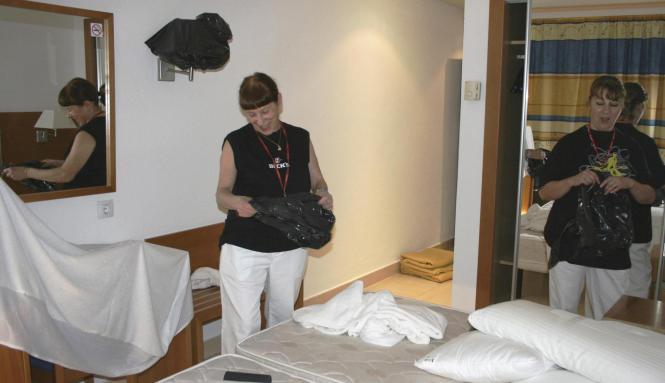 Zimmermädchen bei der Arbeit im Hotel.