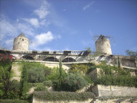 Prägen das Bild der Stadtfassade: Die Mühlen von Es Jonquet.