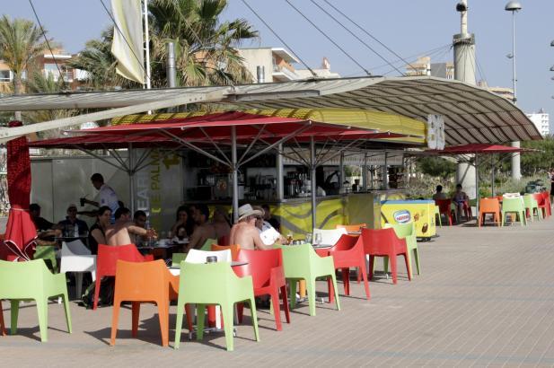 """Palmas Strandkioske, die """"Balnearios"""" erhielten 2012 neue und bunte Stühle."""