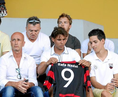 """Hat seine """"9"""" bekommen: Rafael Nadal mit dem Vorsitzenden von Inter Manacor, Pere Mateo (r.)."""