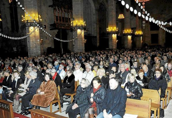 Tausende deutsche Residenten und Urlauber strömen jedes Jahr an Heiligabend in die Kathedrale.