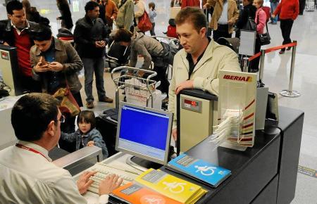 Beim Check-in fällt auf, dass die Passagiere unterschiedlich sind. Je nachdem, ob sie eine Kundenkarte haben, dürfen sie zum Bei