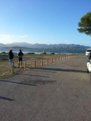 Die Begrenzungspfähle haben offenbar Anwohner aufstellen lassen. Die Zufahrt zum Strand ist damit unmöglich geworden.
