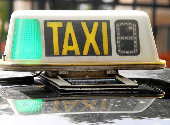 Die Ziffer, die auf dem Schild aufleuchtet, zeigt an, welcher Tarif auf dem Taxameter aktuell eingestellt ist.