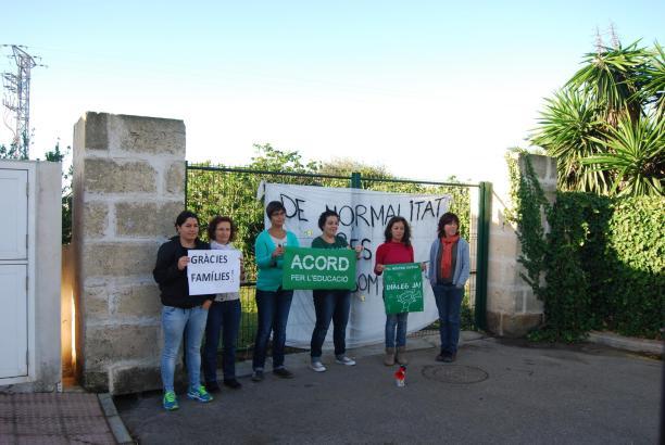 Protestierende Eltern und Lehrer auf Menorca.