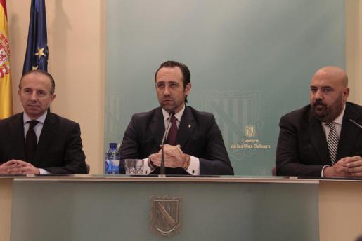 Carlos Delgado (l.) bei der Pressekonferenz, auf der er seinen Rücktritt als Tourismusminister verkündet. Mit dabei: Ministerprä