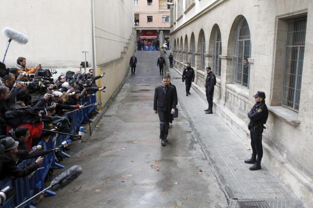 Schwerer Gang: Der Weg zum Gerichtsgebäude in Palma führt eine Rampe hinab. Hier musste Cristinas Ehemann Iñaki Urdangarin berei