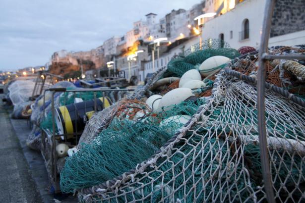 Fischernetze im Hafen von Mahón auf Menorca.