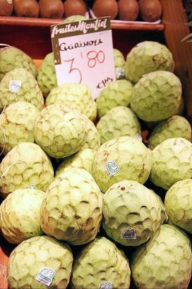Chirimoyas werden verkauft, wenn ihre Haut noch grün ist.