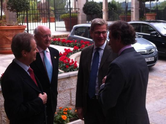 Guido Westerwelle (2.v.r.)wird beim Eintreffen im Castillo Hotel Son Vida unter anderem von Palmas Bürgermeister Mateo Isern (r.