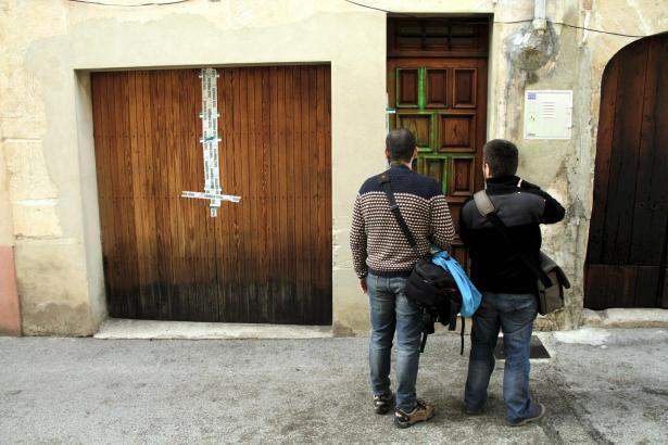 Die Polizei versiegelte die Eingangstüren zum Tatort.