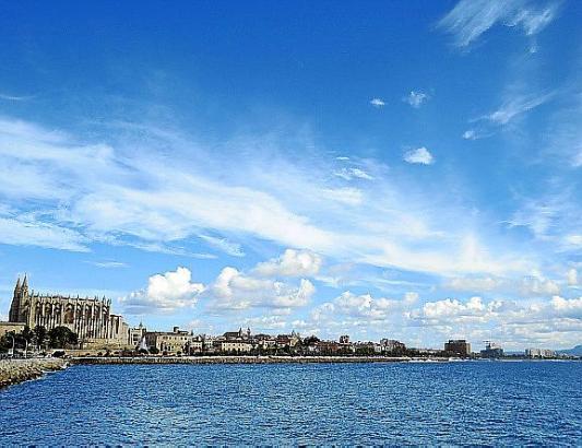 Wenn der Wind die Regenwolken vertreibt, sieht der Himmel auf Mallorca in etwa so aus.
