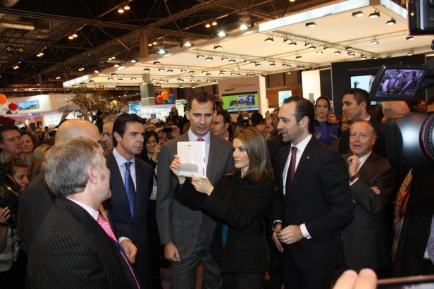 Prinzessin Letizia schaut sich am Balearen-Stand auf dem Tablet Reiseinfos zu den Balearen an.