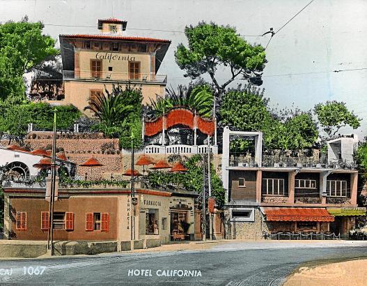Handkolorierte Postkarte aus den 1950er Jahren mit dem Hotel California.