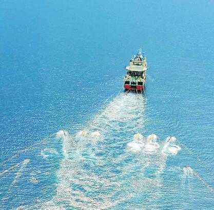 Boote wie dieses würden monatelang mit Schallwellen mögliche Brennstoffvorkommen im Golf von Valencia suchen, sollte das Umweltm