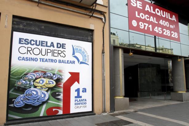 Ein Schild weist auf die neue Croupiers-Schule des künftigen Casinos hin.