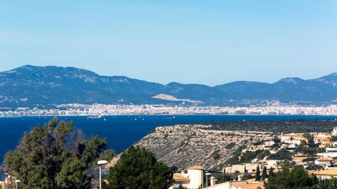 Sonniger Blick auf die Bucht von Palma.