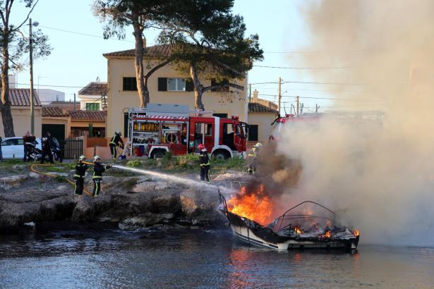 Die Feuerwehr löschte das brennende Boot.