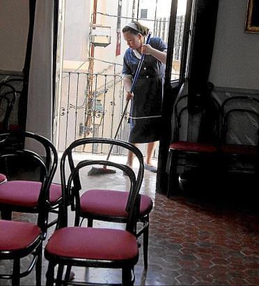 Putzhilfe in einem Herrenhaus auf Menorca.