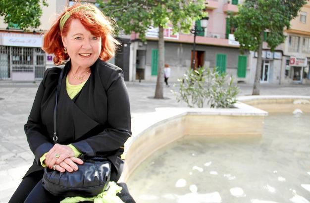 """Beate Müller-Blattau auf dem Platz in Inca, auf dem einst die Tische und Stühle ihres Lokals """"Sa Plaça"""" standen."""