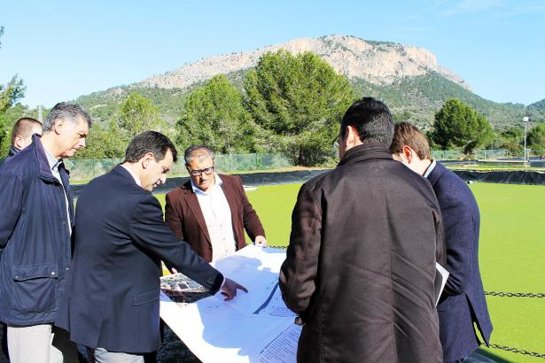 Der balearische Umweltminister Biel Company (l.) informiert sich über die Ausbaupläne der Kläranlage.
