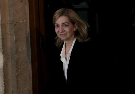 Sichtlich erschöpft aber offensichtlich zuversichtlich: Cristina de Borbón beim Verlassen des Gerichtsgebäudes.